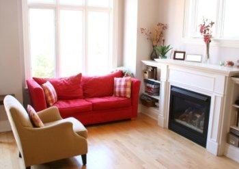 sillón rojo en salón blanco