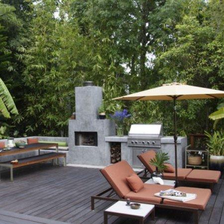 patio con parrillero y sillones