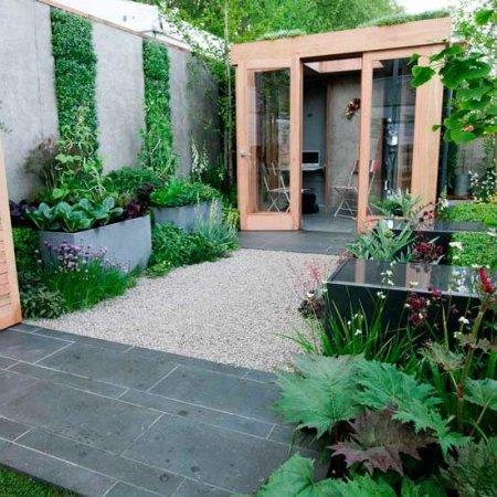 patio con canteros y suelos de piedra, grandes maceteros de cemento