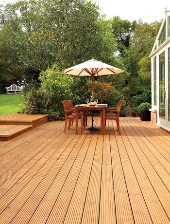 jardín grande con suelo de baldosas , mesa con sombrilla
