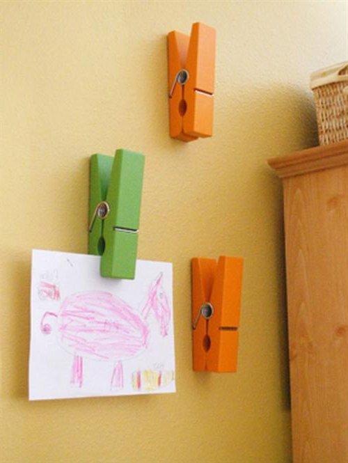 Pinzas de ropa en la pared con dibujos de niños