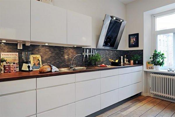 la cocina es un espacio ms pequeo y ms acogedor para cuando se est solo all se puede cocinar y mirar la televisin que es una buena compaera