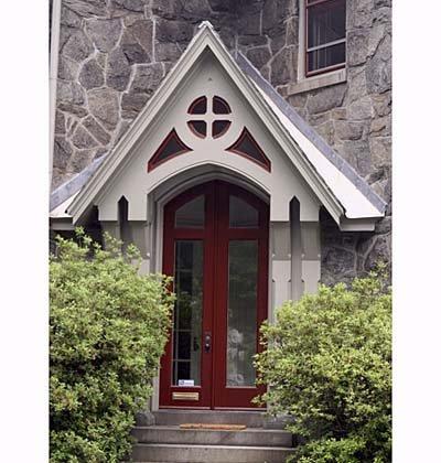 puerta principal marrón con paredes grises