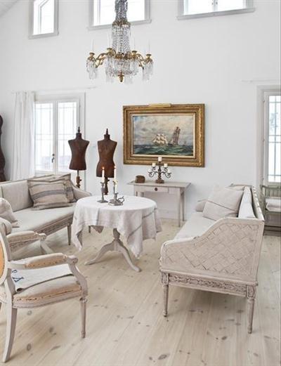 adems el estilo tambin se caracteriza por una decoracin romntica y femenina donde prevalece mucho el color blanco las tonalidades pastel como es el