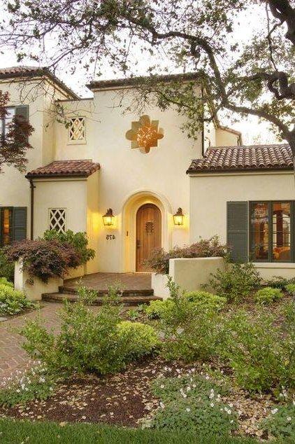 casa blanca con vewntanas verde olivo