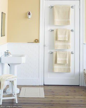 cuartro de baño con toallas en la puerta