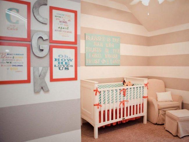 impresiones encuadradas y letras en dormitorio de bebé