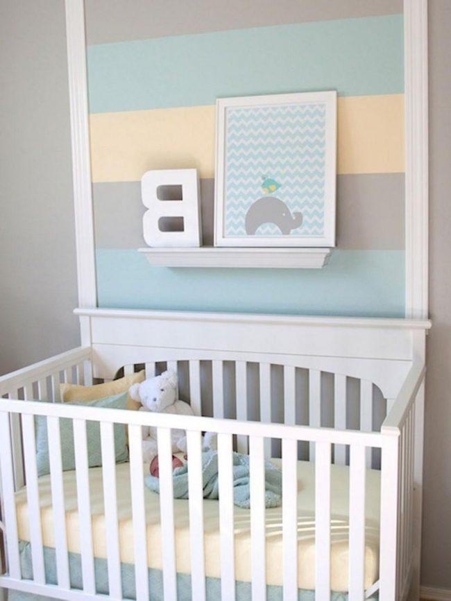 pared a rayas con repisa y cuadro infantil