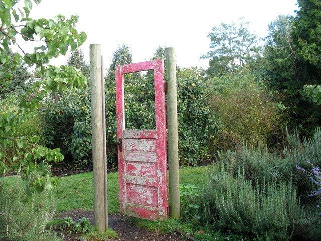 Puerta de madera rosada en patio