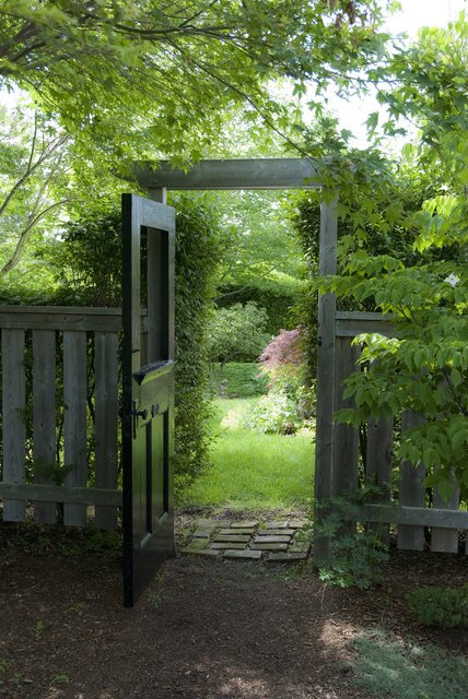 Puerta de madera hacia jardín