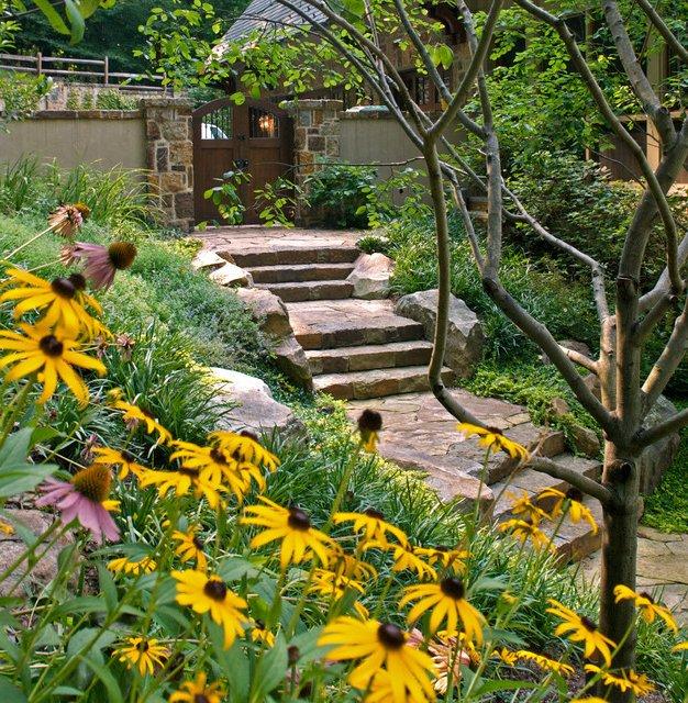 Entrada a jardín con escalera de piedra
