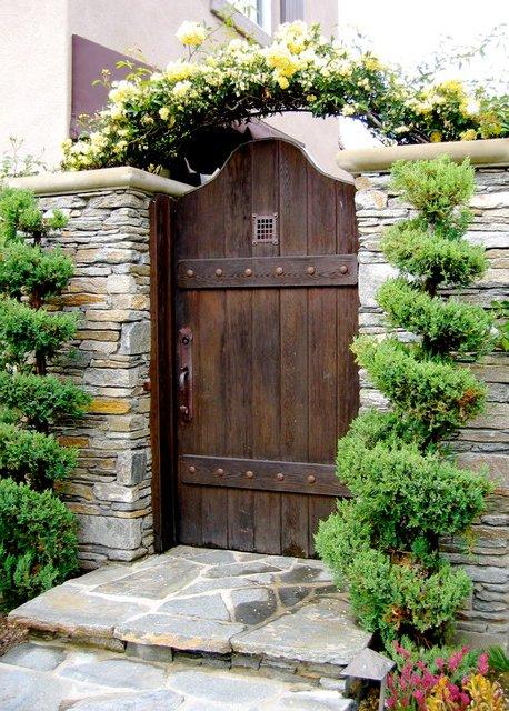 Muros de piedra con puerta de madera rústica