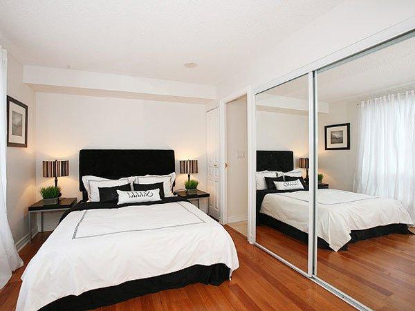Dormitorios peque os 20 im genes y consejos de decoraci n for Decoracion con espejos en paredes