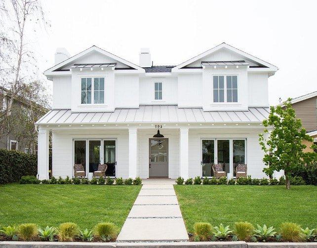 fachada blanca con techo y puerta grises