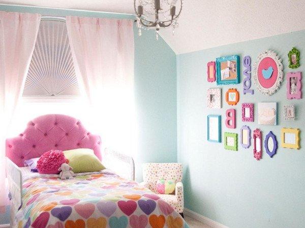 Cuadros para un dormitorio para niños, dormitorio rosa y celeste con cuadritos de colores