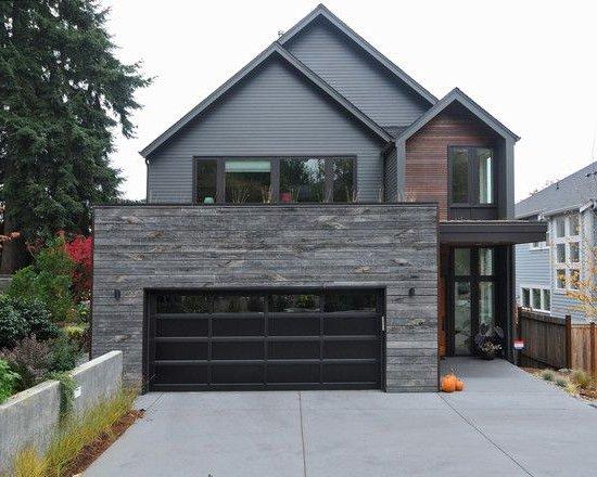 casa con fachada gris, pared de piedra y madera