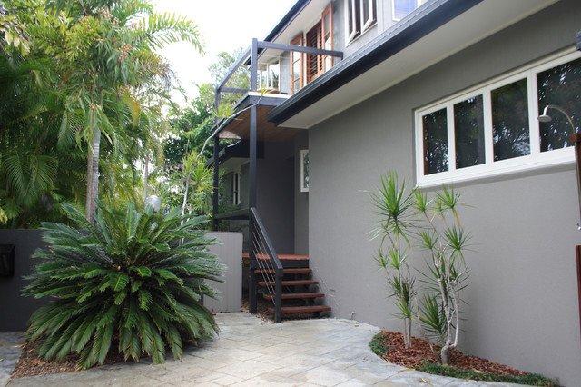 exteriores de casa de colkor gris con detalles y rejas de gris oscuro