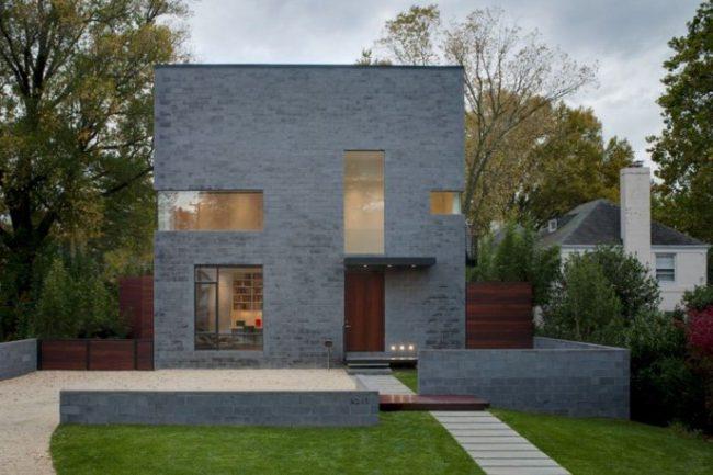 casa en gris con puertas de madera oscura