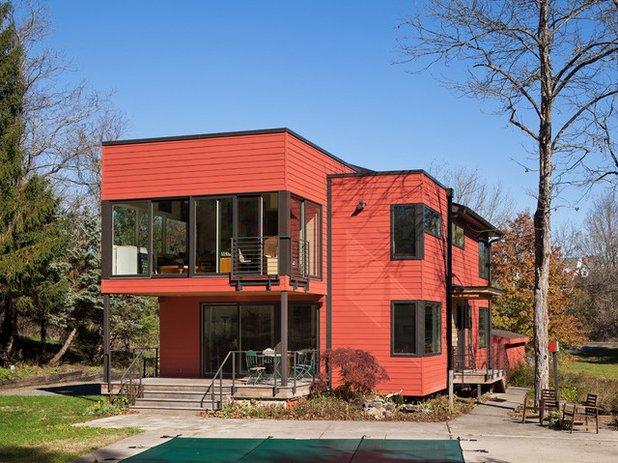 casa de color naranja oscuro y detalles en color negro