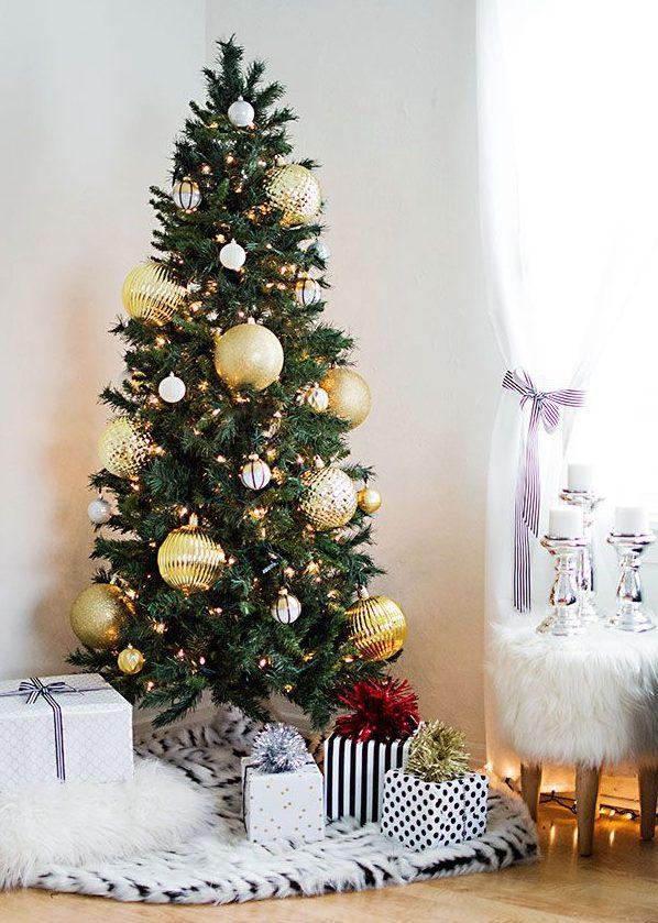 de los rboles navideos en color dorado ya sea mediante el adorno con cintas lazos guirnaldas cadenas de perlas o las ya clsicas bolas de navidad