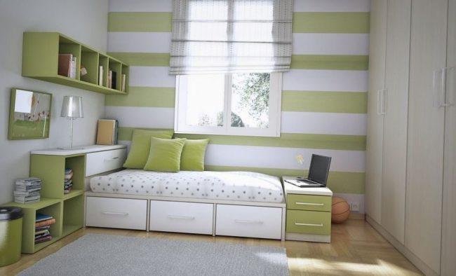 habitación con rayas horizontales en la pared blancas y verdes