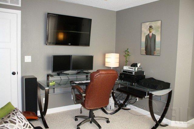 puedes mantener tu oficina en un color tranquilo como el blanco si quieres agregar algo de color puedes probar con colores brillantes en tus
