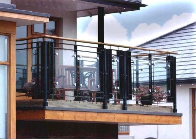 balcón rejas negras y acrílicos