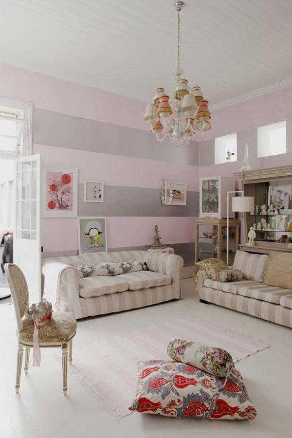 sala paredes rayadas en gris y rosa