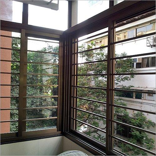 ventana con rejas marrones