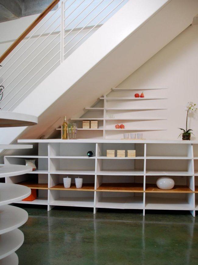 estantes bajo escalera