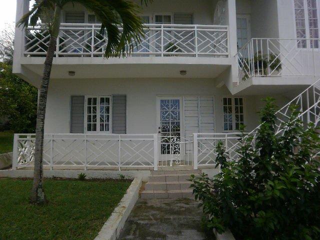 balcones con rejas blancas