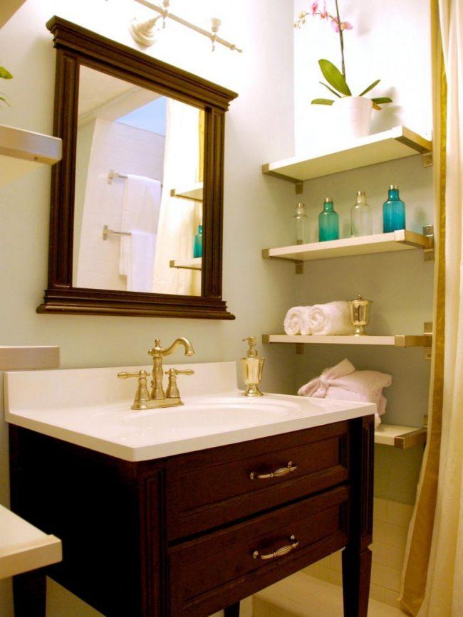 baño pequeño con estantería
