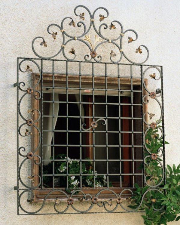 ventana con rejas grises y doradas