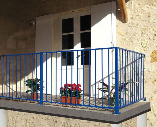 balcón con rejas azules