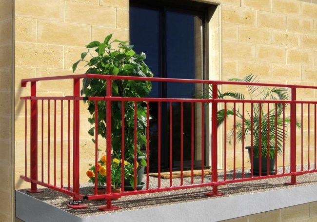 balcón con rejas rojas