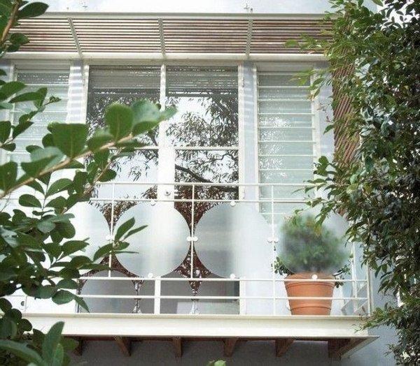 ventana con rejas de color blanco