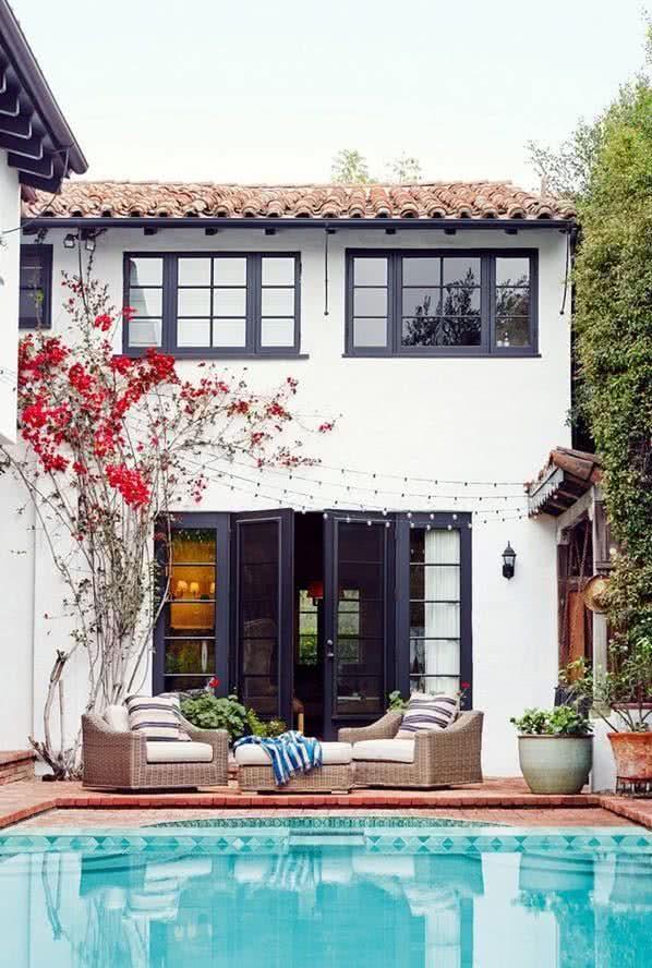 Colores para exteriores y fachadas de casas 2019 ecoraideas for Pintar ventanas de madera exterior