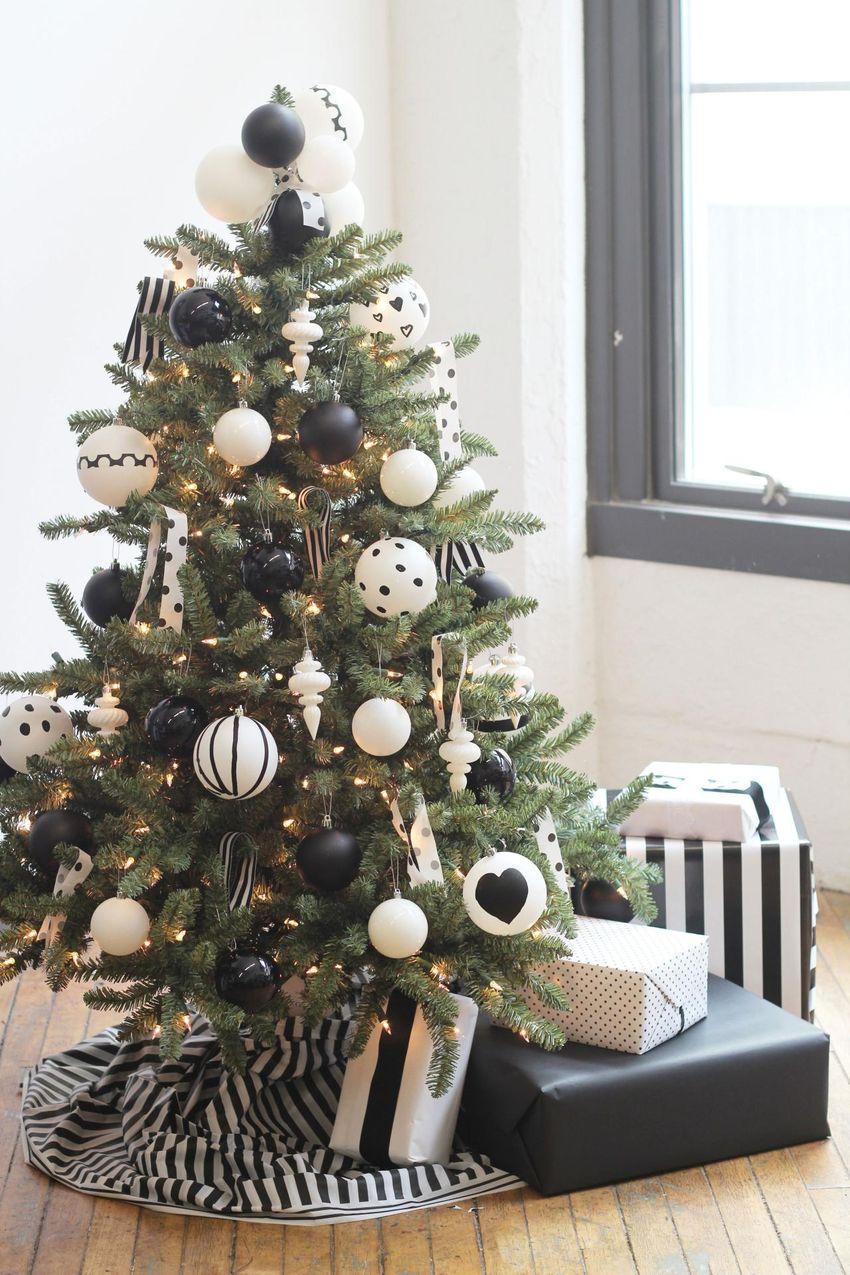250c8ce0498a2 El truco para un árbol de Navidad de tono oscuro es colocar adornos que  generan un alto contraste.