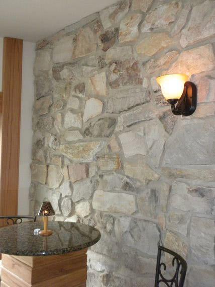 Paredes de piedra ideas y 50 fotos de interiores decora for Piedras para decorar paredes